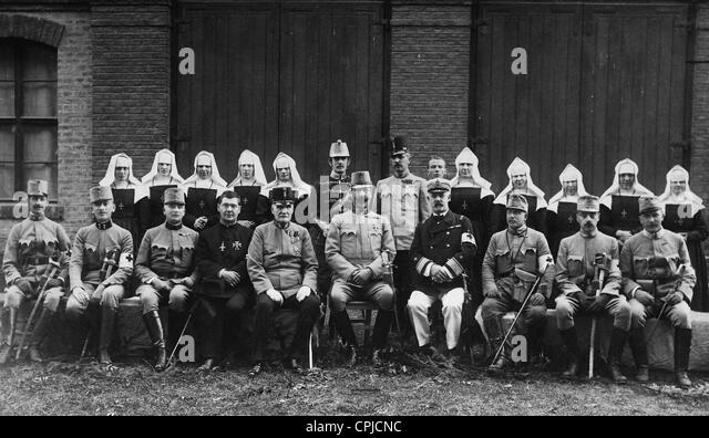 Baron Pelichy, Archduke Eugen and Baron Eiselsberg with doctors and care personnel, 1914 - Stock Image