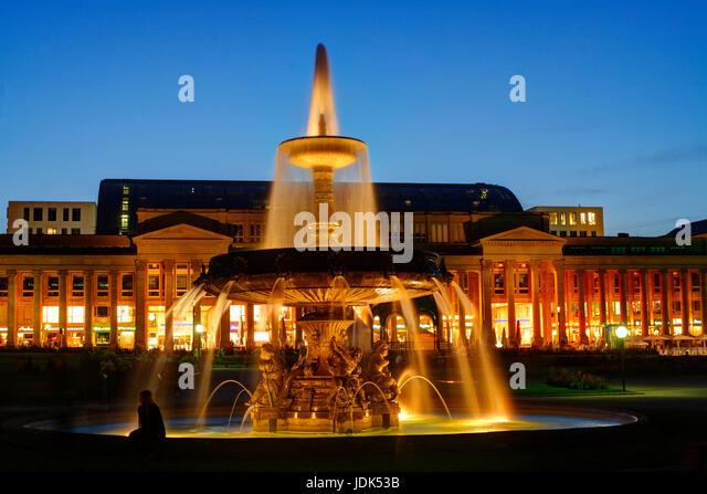 DEU, Deutschland, Stuttgart: Schlossplatz mit -Schlossplatzspringbrunnen und Koenigsbau Passagen bei Abenddaemmerung - Stock-Bilder
