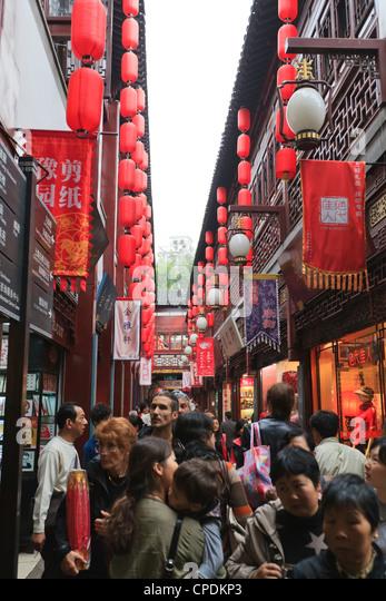 Shopping in the Yu Yuan (Yuyuan) Bazaar, Shanghai, China, Asia - Stock Image