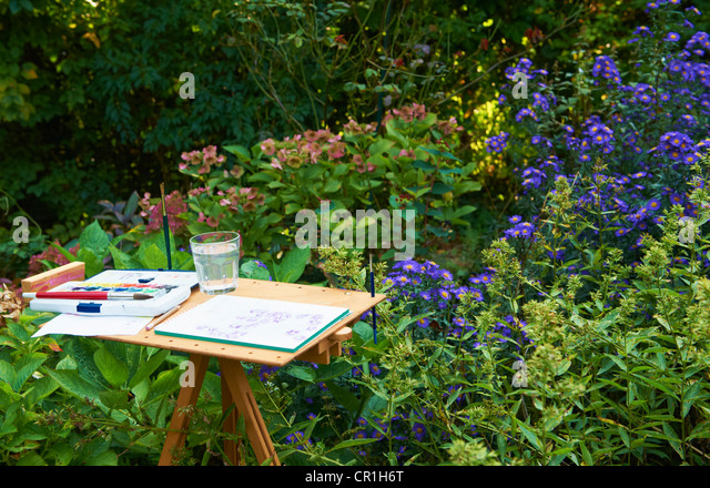 Watercolors and pad on easel outdoors - Stock-Bilder