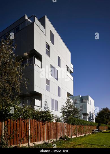 View of back exterior facade showing grounds. Dunluce Apartments, Ballsbridge, Ireland. Architect: Derek Tynan Architects, - Stock-Bilder