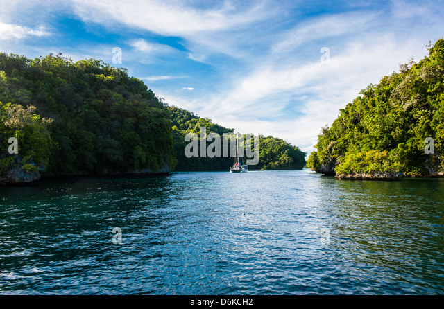 Sailing boat leaving the habour of Koror, Rock islands, Palau, Central Pacific, Pacific - Stock-Bilder
