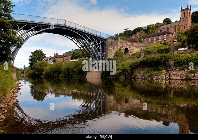 Ironbridge crossing the river Severn, first iron bridge worldwide, built by Abraham Darby in 1779, in Telford, Shropshire, - Stock-Bilder
