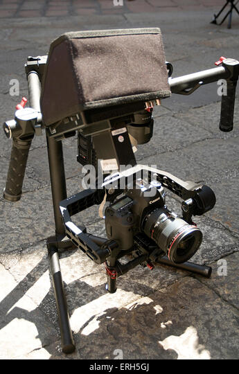dslr camera rig video cameras still stills film filming slr canon movie making cameraman steady cam steadycam operator - Stock Image