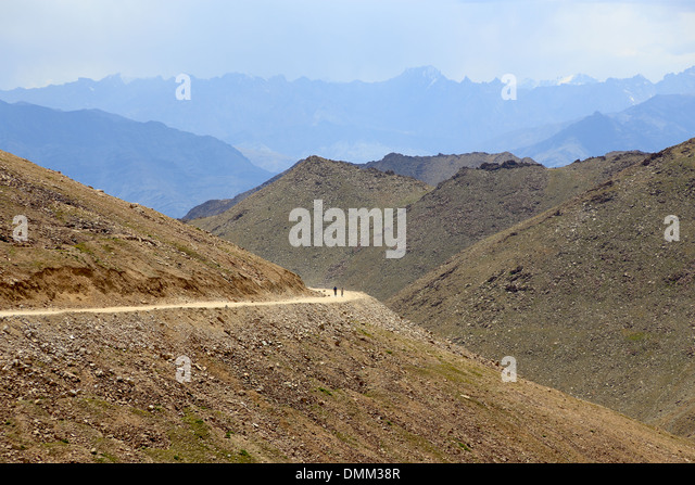 Bikers going down the Kardung La Pas in Ladakh in the indian Himalayan mountains - Stock-Bilder
