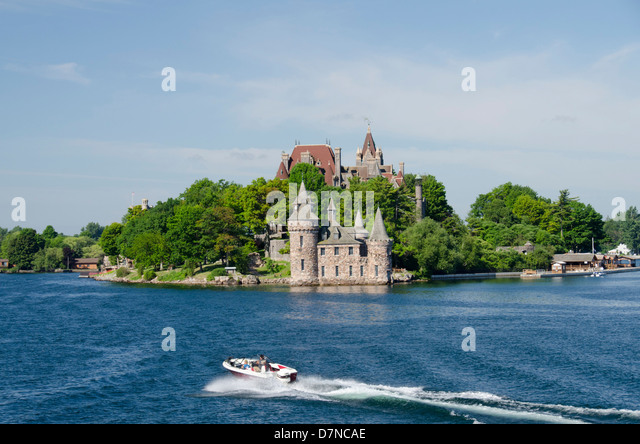 New York, St. Lawrence Seaway, Thousand Islands. Boat in front of historic Boldt Castle on Hart Island. - Stock Image