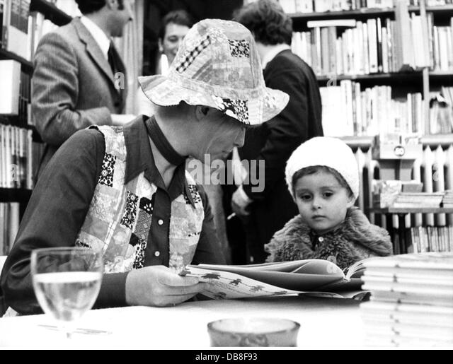 Bach Vivi 3.9.1939 - 22.4.2013 Danish singer-actress half length at book-signing for her book 'Ein Kind aus - Stock Image