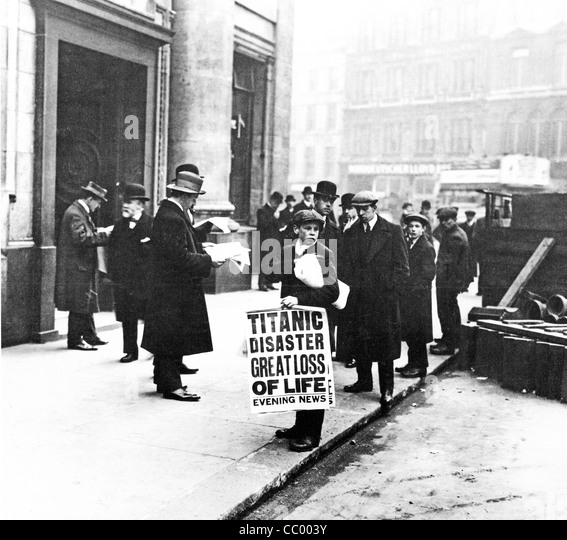 Titanic Disaster Newsboy, 1912, stands outside the headquarters of the White Star Line in Cockspur Street off Trafalgar - Stock-Bilder