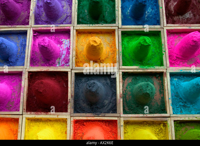 Selling color powder at market Pushkar Rajasthan India - Stock-Bilder