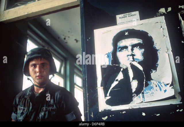 An 82nd Airborne Division soldier stands next to a poster of Cuban revolutionary Che Guevara at the Frequente Supply - Stock Image