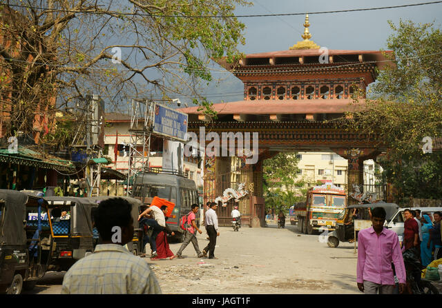 Street in town Phuentsholing with border gate to Bhutan in back, WEest Bengal, Inmdia - Stock Image
