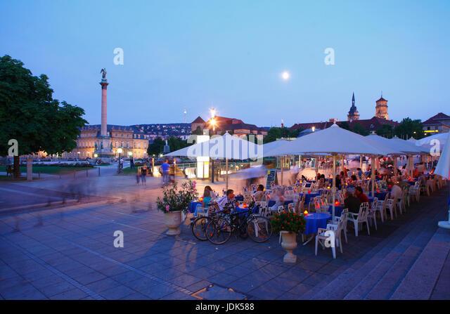 DEU, Deutschland, Stuttgart: Schlossplatz mit Jubilaeumssaeule und Biergarten Koenigsbau Passagen bei Abenddaemmerung - Stock-Bilder