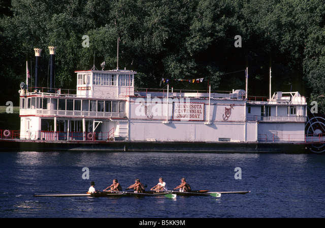 ROWERS ON THE MISSISSIPPI RIVER PASS FORMER CENTENNIAL SHOWBOAT THEATER IN MINNEAPOLIS, MINNESOTA.  ARCHIVAL PHOTO - Stock Image