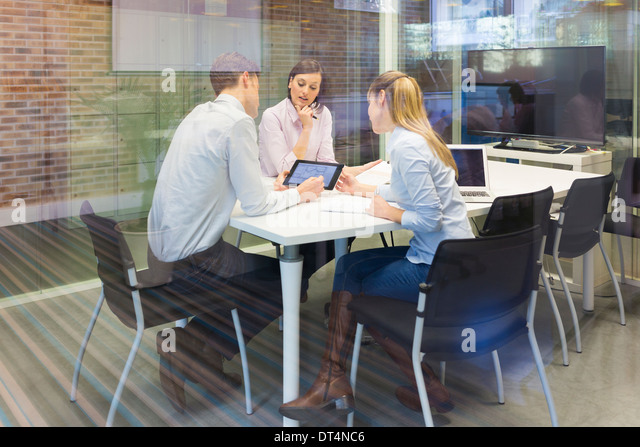Businesswoman businessman reunion laptop desk colleagues - Stock-Bilder