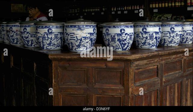 Blue and white porcelain jars with Yangzhou pickles in a store in Yangzhou, Jiangsu province, China. 05-Feb-2013 - Stock-Bilder