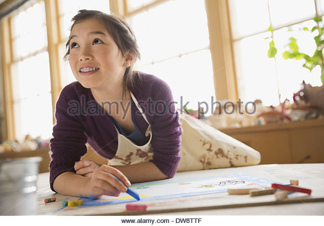 Girl drawing with pastels in art class - Stock-Bilder