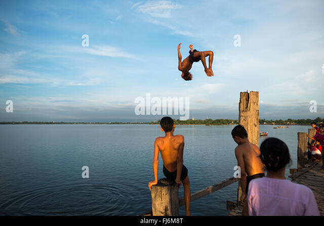 Stretching 3/4 of a mile across Taungthaman Lake next to the old capital of Amarapura (now part of Mandalay), the - Stock-Bilder