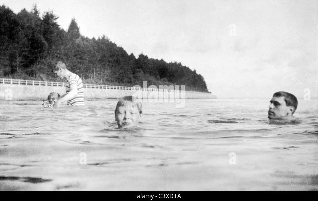 Prince Edward of Wales swimming. Osborne, England, 1905 - Stock-Bilder