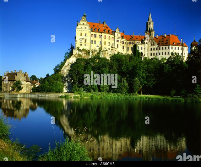 DE - BADEN WÜRTTEMBERG: Hohenzollern Castle at Sigmaringen and River Danube - Stock Image