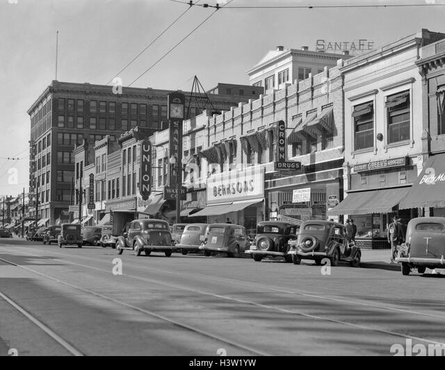 1940s KANSAS STREET SHOPPING DISTRICT CARS SHOPS STOREFRONTS TOPEKA KANSAS USA - Stock Image