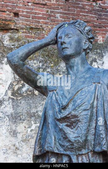 Merida, Badajoz Province, Extremadura, Spain. Roman theatre.  Statue of Margarita Xirgu, also Margarida Xirgu, 1888 - Stock-Bilder