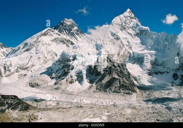 Mount Everest, the worlds highest peak at 8885 masl, as seen from the Khumbu Valley, Nepalese Himalayas - Stock-Bilder