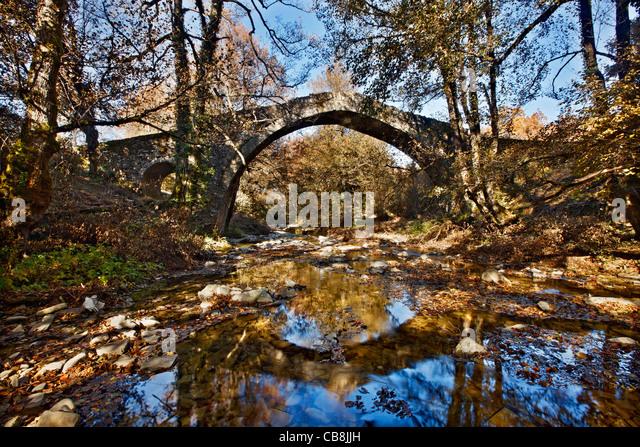 The Pitsionis (or 'Pitsioni'), old stone bridge, close to Kipoi village, Zagori region, Ioannina, Epirus, - Stock Image