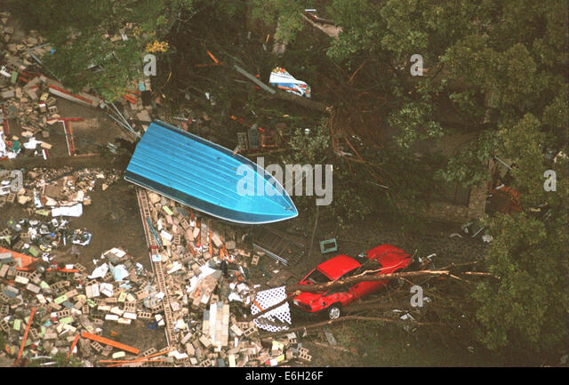 Oct 19, 1998; San Antonio, TX, USA; New Braunfels Flooding: A boat sits flipped over and a car smashed by trees - Stock-Bilder