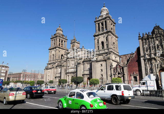 Traffic in front of Catedral Metropolitana on Zocalo, Mexico City - Stock Image