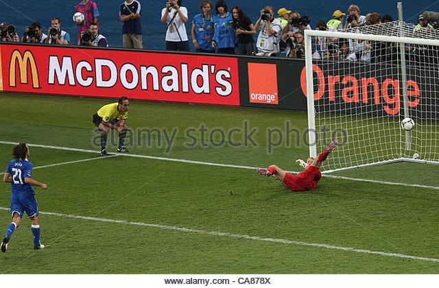 24/06/2012 Kiev. Euro 2012 Football. England v Italy. Andrea Pirlo chips his penalty into the goal leaving England - Stock-Bilder