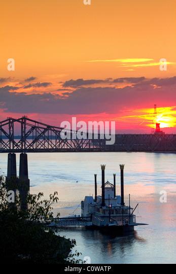 Steamboat at the Natchez-Vidalia Bridges spanning the Mississippi River between Vidalia, Louisiana and Natchez, - Stock-Bilder