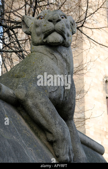 Stone lioness atop Cardiff Castle wall - Stock Image
