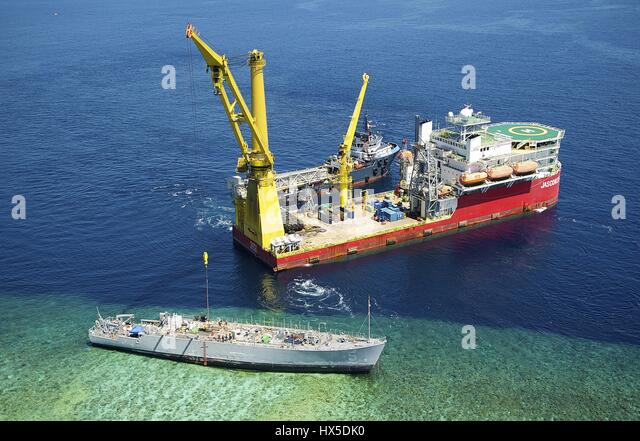 Avenger-class mine countermeasures ship ex-Guardian (MCM 5) is salvaged, 2013. Image courtesy US Navy. - Stock Image
