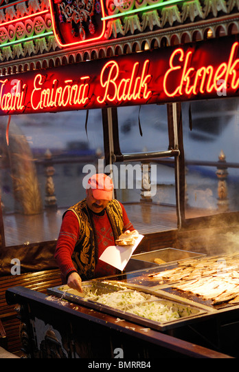 Istanbul. Turkey. Fresh fish sandwiches being made on the waterfront of Eminonu. Venditore di pesce sulla riva di - Stock Image
