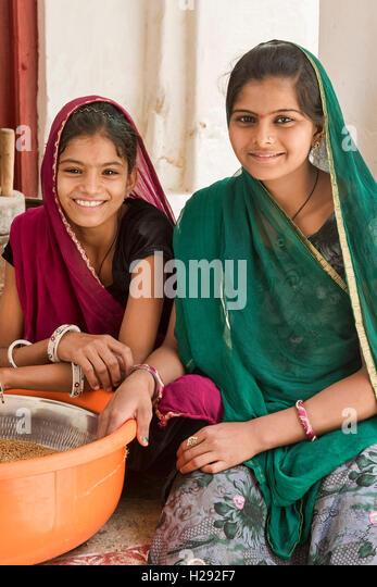 Mädchen bei Hausarbeit, Bera, Rajasthan, Indien. - Stock-Bilder