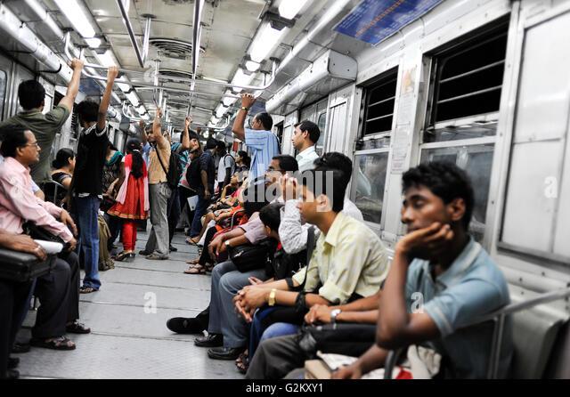 INDIA Kolkata Calcutta, commuter in underground Metro train / INDIEN Kolkata Menschen in der U-Bahn - Stock-Bilder