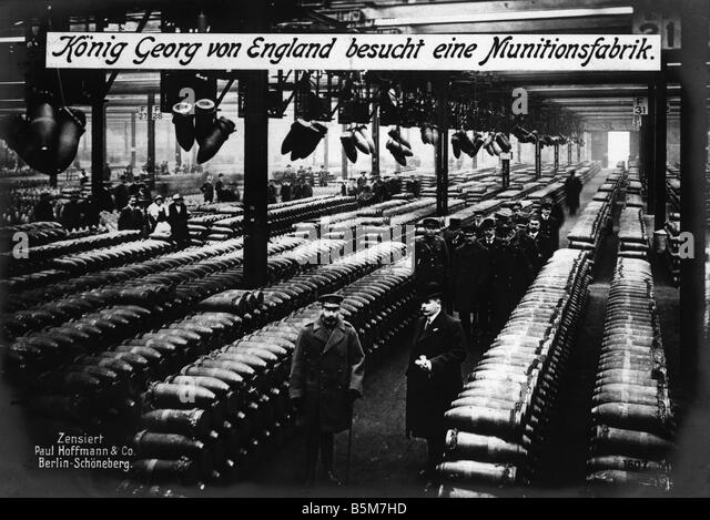 1EN 639 F1914 E George V visits an ammunition factory George V King of Great Britain 1865 1936 King George of England - Stock Image