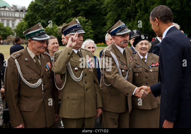 US President Barack Obama greets veterans following a wreath laying ceremony at the Tomb of the Unknown Soldier - Stock Image