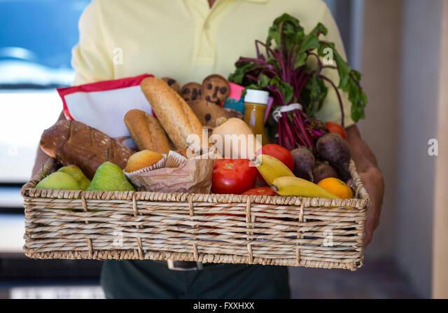 Man delivering groceries - Stock Image