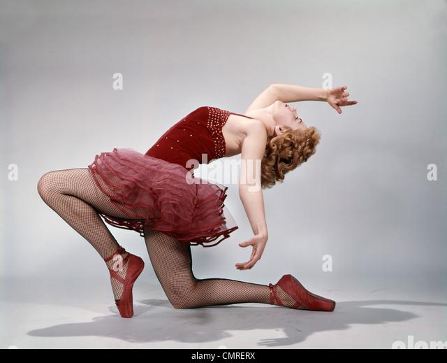 1960s TEEN GIRL LAYBACK POSITION RED VELVET COSTUME PINK NET TUTU BALLET ATTITUDE - Stock Image