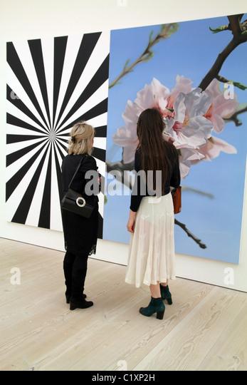 UK. VISITORS TO SAATCHI ART GALLERY IN CHELSEA, LONDON - Stock Image