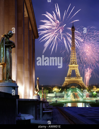 FR - PARIS: Fireworks over Eiffel Tower - Stock Image