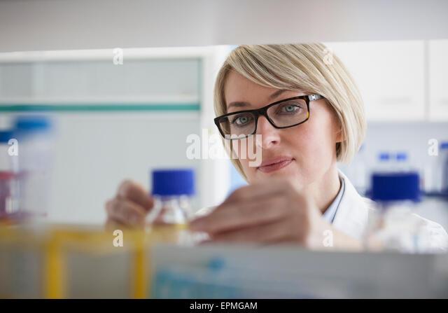 Scientist in laboratory - Stock Image