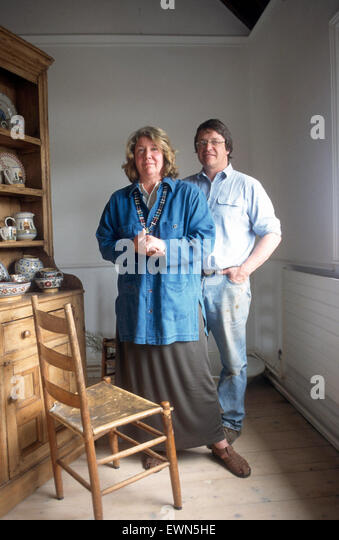 THE MOSSES, A NOTED IRISH  ARTISTIC COUPLE, PHOTOGRAPHED  AT BENNETS BRIDGE CO KILKENNY - Stock-Bilder