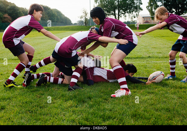 Teenage schoolboy rugby team practicing - Stock Image