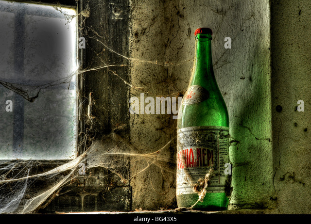 Old Bottle on a window, deserted farm near San Quirico d'Orcia, Valle de Orcia, Tuscany, Italy - Stock-Bilder