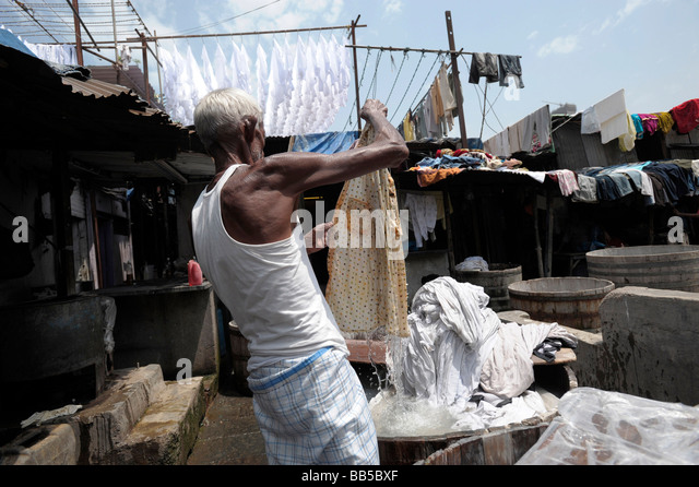 Dhobi Waller Jan Mohammed hanging out laundry at Dhobi Ghats, Mumbai.  He has worked at the ghats for 40 years. - Stock-Bilder
