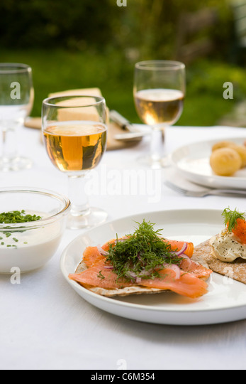 Crisp bread topped with smoked salmon and fresh dill - Stock-Bilder