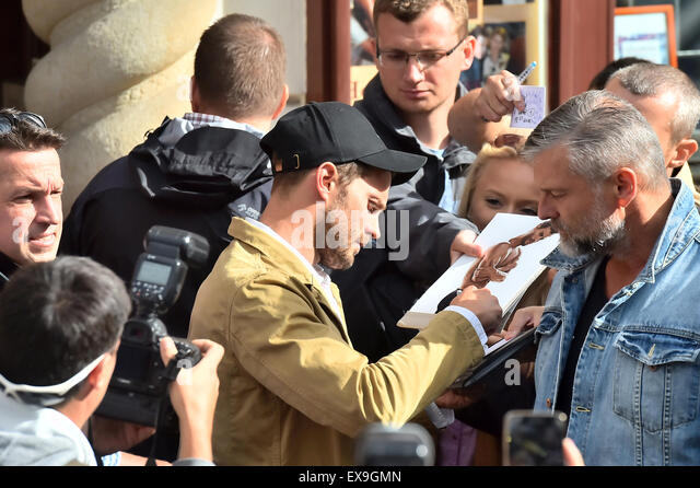 Karlovy Vary, Czech Republic. 9th July, 2015. Irish actor and musician Jamie Dornan, center with cap, signs his - Stock-Bilder