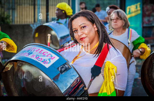 Members of the Nostalgia Steelband perform during the Notting Hill Carnival 2016 street parade. - Stock-Bilder